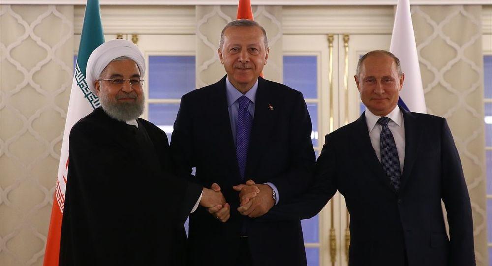 Türkiye Cumhurbaşkanı Recep Tayyip Erdoğan, İran Cumhurbaşkanı Hasan Ruhani ve Rusya Devlet Başkanı Vladimir Putin, Ankara'da gerçekleşen Suriye zirvesinde aile fotoğrafı çektirdi.