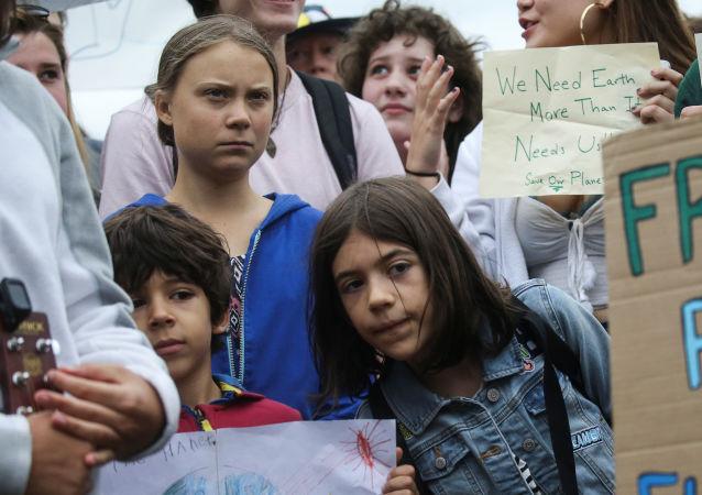 Greta Thunberg'in başını çektiği tüm dünyadan genç iklim aktivistleri, Washington DC'de Beyaz Saray yakınında yürüyüş düzenlerken