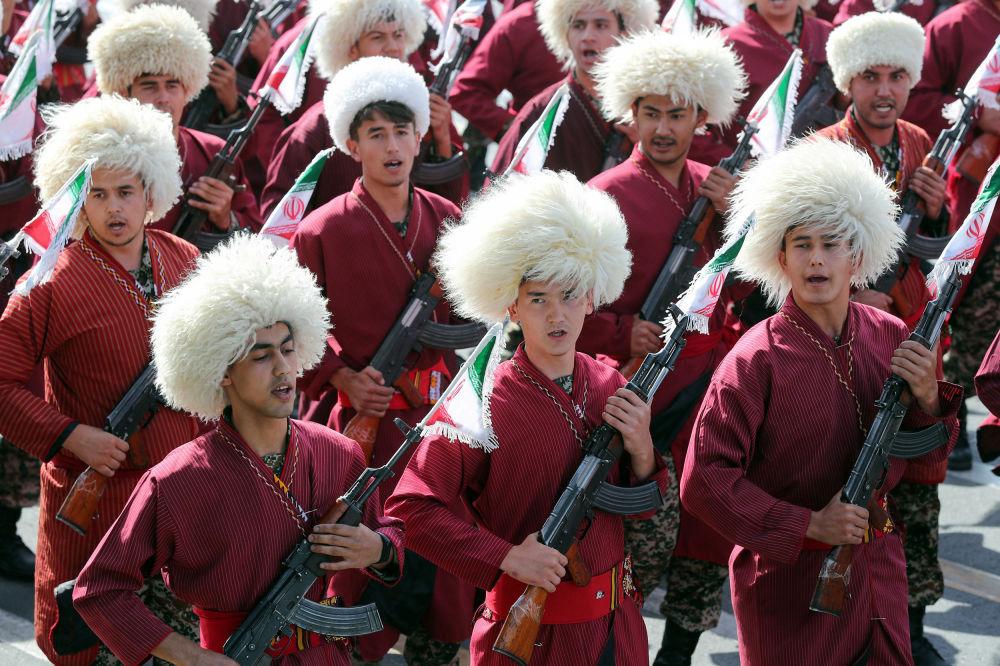 Askeri geçit törenine katılan İranlı Türkmenler.