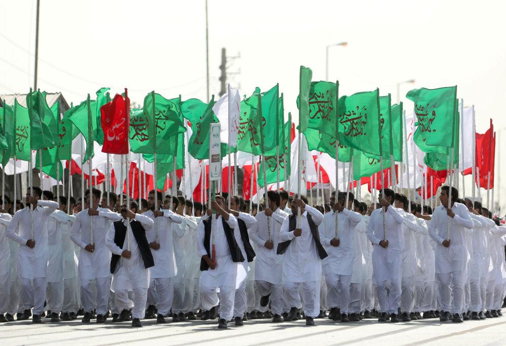 Tahran'daki askeri geçit törenine katılan  İran Silahlı Kuvvetleri mensupları.