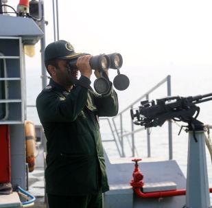 İran Silahlı Kuvvetleri'nde görev alan subay, İran-Irak savaşının başlamasının 39. yıldönümü dolayısıyla düzenlenen tatbikat sırasında.