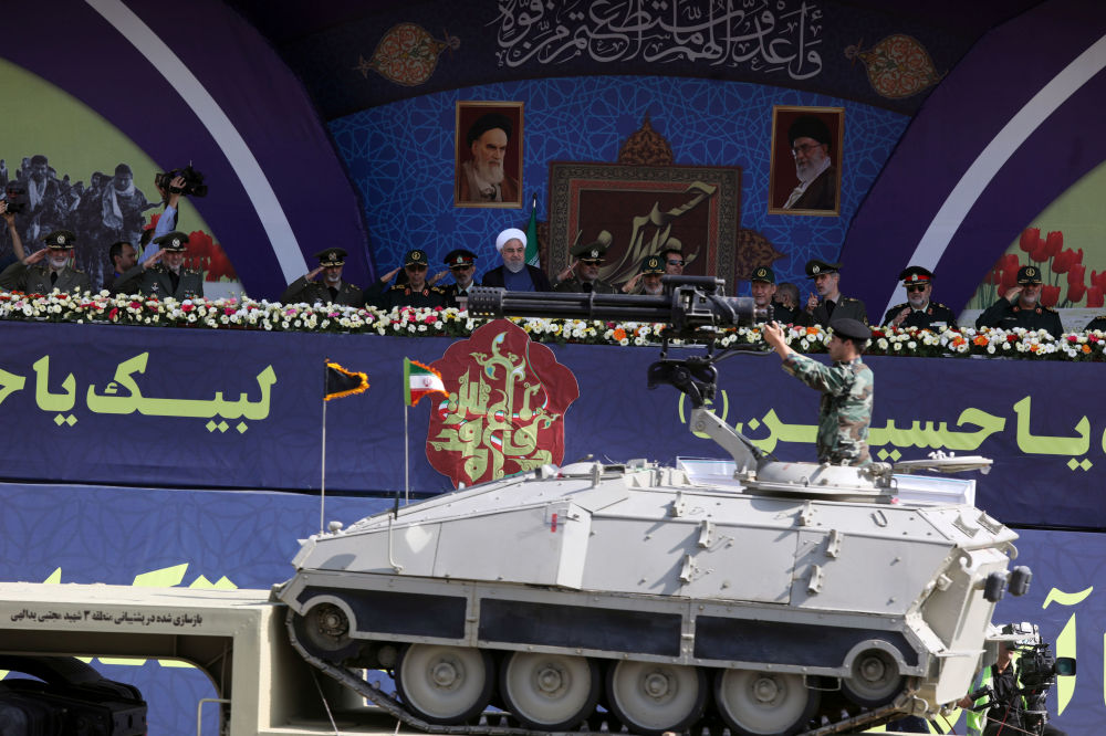 İran Cumhurbaşkanı Ruhani ve üst düzey askeri yetkililerin katılımıyla gerçekleşen geçit töreninden bir kare.