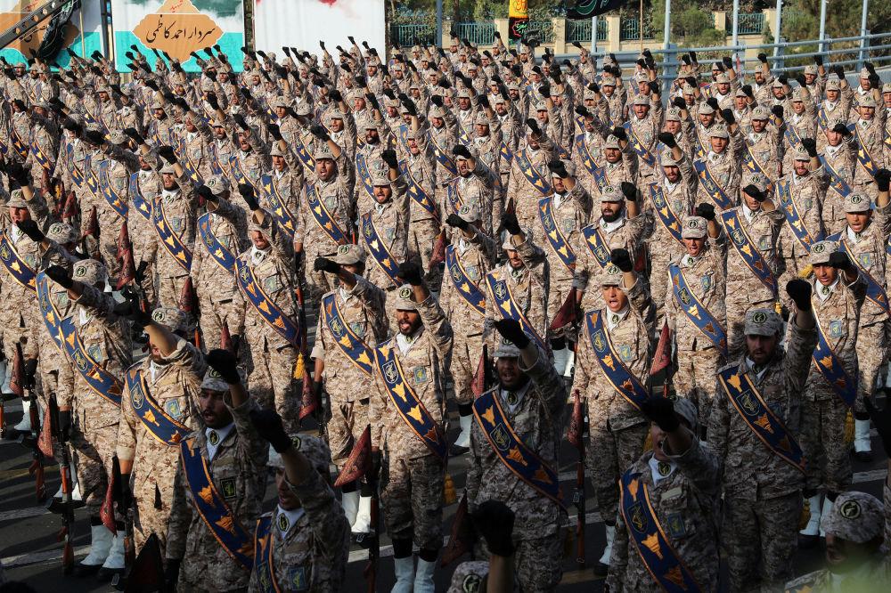 Tahran'daki  askeri geçit törenine katılan İranlı askerler.