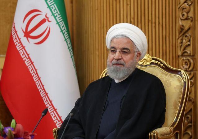BM 74. Genel Kurul görüşmelerine katılmak üzere New York'a hareketinden önce başkent Tahran'daki Mehrabad Havalimanı'nda basın toplantısı düzenleyen İran Cumhurbaşkanı Hasan Ruhani, gündemdeki konularla ilgili değerlendirmelerde bulundu. Toplantıya, İran Lideri Ayetullah Ali Hamaney'in Başdanışmanı Ali Ekber Velayeti (solda) ve İran Cumhurbaşkanı Birinci Yardımcısı İshak Cihangiri (sağda) da katıldı.