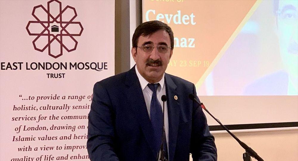 AK Parti Genel Başkan Yardımcısı Cevdet Yılmaz (ortada), Londra'da İngiltere Kahramanmaraşlılar Eğitim ve Kültür Derneği'nde düzenlenen toplantıya katıldı.
