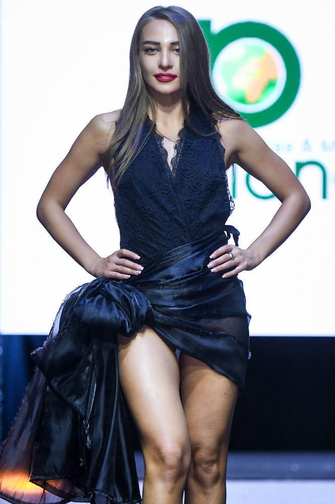 Miss  Planet Azerbaijan 2019 unvanına layık görülen Nigar Gasanzade, podyumda yürürken...