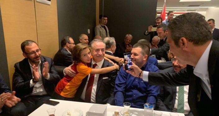Galatasaray-Fenerbahçe derbi maçı sonrası, Galatasaray Başkanı Mustafa Cengiz ile fotoğraf çektirmek isteyen sarı-kırmızılı minik taraftarın fotoğrafını Fenerbahçe Başkanı Ali Koç çekti.