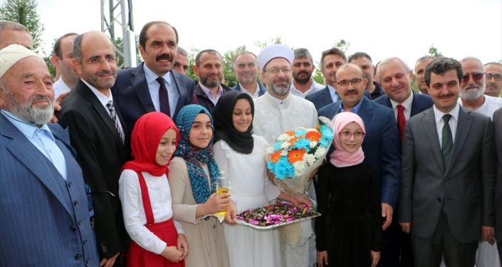 Diyanet İşleri Başkanı Ali Erbaş (ortada), Trabzon'un Vakfıkebir ilçesinde yapımı tamamlanan Bölge Yatılı Kız Kuran Kursu'nun açılış törenine katıldı.