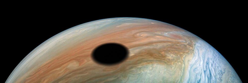 Jüpiter'in doğal uydularından İo'nun Jüpiter üzerindeki gölgesi.