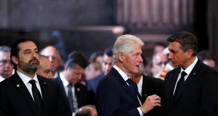 ABD'nin eski Başkanı Bill Clinton ve Lübnan Başbakanı Saad el Hariri, geçen perşembe hayatını kaybeden eski Fransa Cumhurbaşkanı Jacques Chirac'ın cenaze töreninde. Törende duygulanan Hariri gözyaşlarına hakim olamadı.