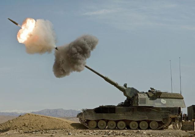 Alman ordusu tarafından kullanılan tek konvansiyonel topçu sistemi, PzH 2000 155 mm / 52 kalibreli kundağı motorlu obüs sistemidir. PzH 2000, manuel olarak yüklenen Rheinmetall Modüler Şarj Sistemi (MCS) ile 155 mm'lik mermiyi otomatik olarak yükleyen yarı otomatik bir asma sistemine sahip olduğundan yüksek ateş oranına sahiptir. Kendinden itmeli topçu sistemi toplam 60 adet 155 mm topçu mermisi taşır, ancak 55 tonun üzerinde bir ağırlığa sahiptir ve bu durum mevzi alma durumunu sınırlamaktadır.