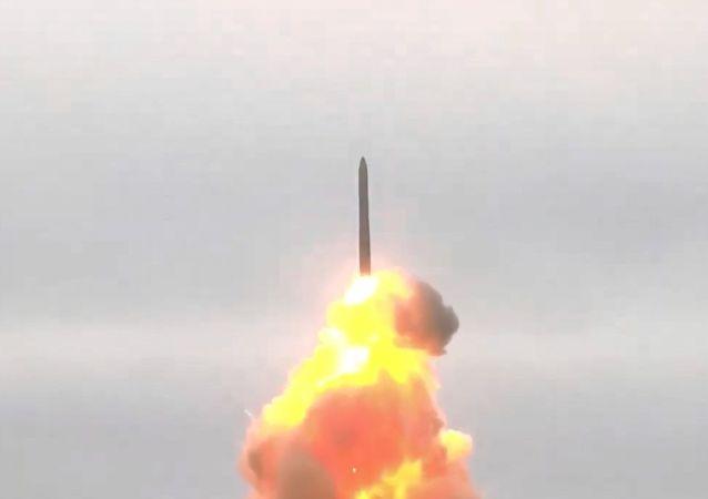 Rusya'da, Topol-M balistik füzesiyle yapılan atış talimi böyle görüntülendi