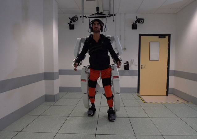 Felçli bir hasta düşünceleriyle yönlendirdiği yapay iskeletle yürümeyi başardı