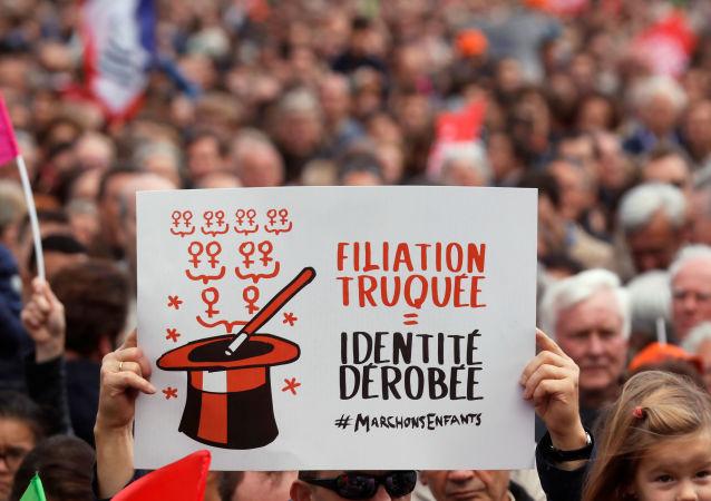Paris'te eş cinsel ve bekar kadınların tıbbi yöntemlerle çocuk sahibi olmasına izin veren yasa tasarısı protesto edildi