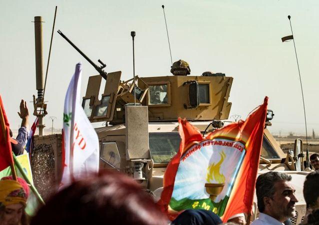 Suriye'deki ABD askerleri - Kürtler, Türkiye operasyonunu protesto ediyor.