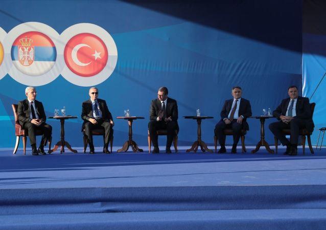 Türkiye Cumhurbaşkanı Recep Tayyip Erdoğan (sol 2), Sırbistan Cumhurbaşkanı Aleksandar Vucic (sol 3) ile toplu açılış ve temel atma törenine katıldı.