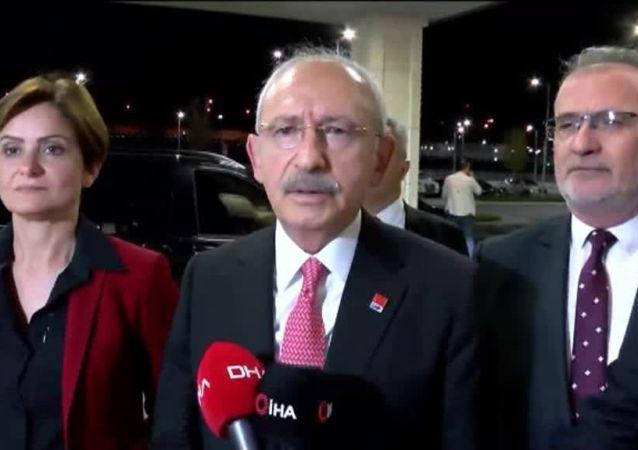 CHP Genel Başkanı Kemal Kılıçdaroğlu, saat 21.30'da Ankara'ya gitmek üzere İstanbul Havalimanı'na geldi. Burada basın mensuplarına kısa bir açıklama yapan Kılıçdaroğlu Barış Pınarı Harekatı'na ilişkin konuştu.