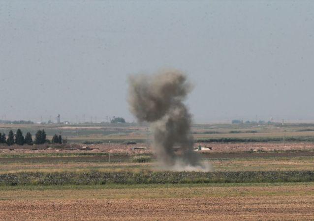 Barış Pınarı Harekatı - Suriye'de YPG kontrolündeki bölgelerden ateşlenen havan mermisi Akçakale İlçesindeki boş bir araziye düştü.