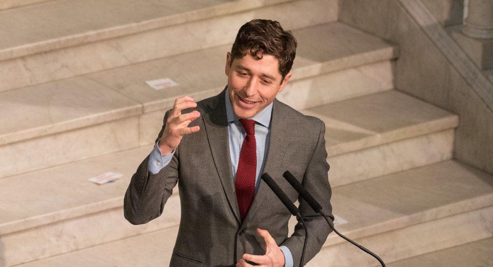 Belediye Başkanı Jacob Frey  Minneapolis Belediye Meclisi'ne hitap ederken