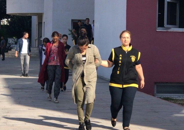 Adana'da röntgen filmiyle kilit dilini içeri iterek kapıları açıp evleri soyan 1'i hamile 3 şüpheli kadın, hırsızlık dedektifleri tarafından suçüstü yakalandı.
