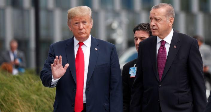 ABD Başkanı Donald Trump, Cumhurbaşkanı Recep Tayyip Erdoğan'la bir süre sohbet etti.