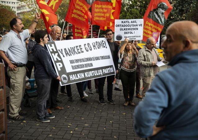 Başkentte Halkın Kurtuluş Partisi (HKP) üyeleri, Suriye olmak üzere Ortadoğu politikasından dolayı ABD'yi protesto etti.
