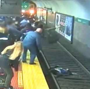 Metro raylarındaki ölümden mucizevi kurtuluş