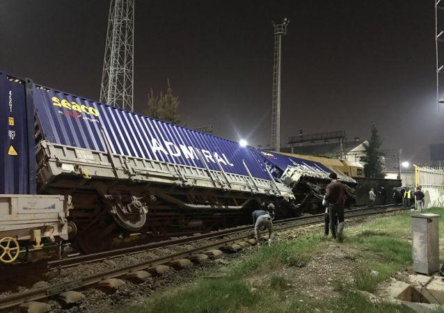 Akşam saatlerinde Alsancak Limanı'ndan yüklenen 7 vagonlu tren, Halkapınar bölgesi Şehitler Caddesi'nde henüz belirlenemeyen bir nedenle raydan çıkarak devrildi. Kazada yaralanan olmadı, seferlerde de aksama yaşanmadı.