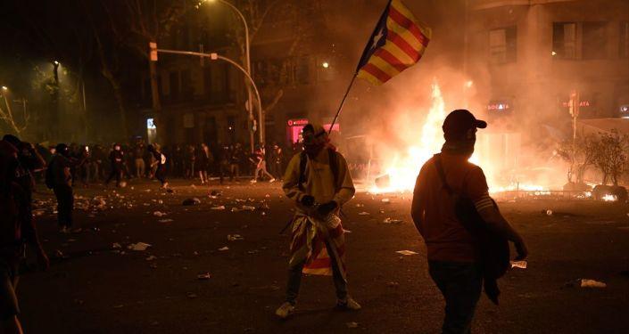 İspanya'nın Katalonya bölgesinde Yüksek Mahkemenin bağımsızlık yanlısı Katalan siyasetçilere verdiği mahkumiyet kararlarını protesto eden on binlerce kişi Barcelona sokaklarında toplandı. Bazı göstericiler yollara barikat kurarak ateşe verdi.