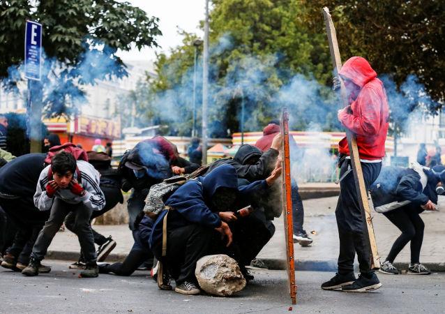 Metro ücretine yapılan zam protestolarının şiddet olaylarına dönüşmesiyle Şili'de, demokrasinin yeniden tesis edildiği 1990'dan bu yana en zor dönemlerden biri yaşanıyor.