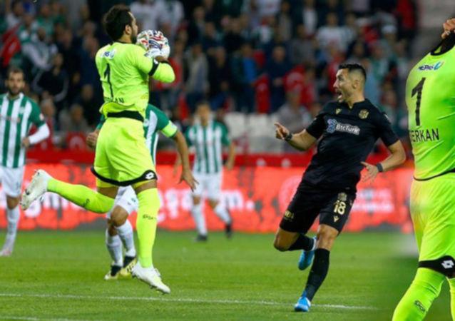 Serkan Kırıntılı, dünya futbol tarihinin en hızlı kırmızı kart gören isimleri listesinde