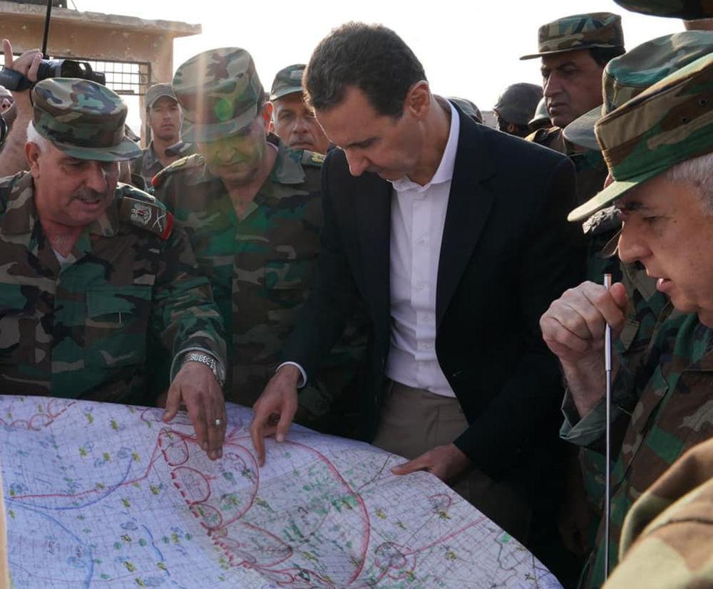 """Suriye Cumhurbaşkanlığı'ndan yapılan açıklamada, """"Cumhurbaşkanı Esad, İdlib'in kırsalında bulunan Hubeyt kasabası cephesindeki Suriye Arap Ordusu mensuplarıyla görüştü"""" ifadelerine yer verildi."""