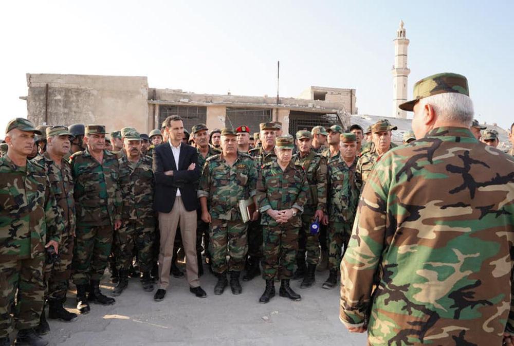 İdlib vilayetinin güney kırsalında yer alan Hubeyt kasabasında Suriye ordusu askerleriyle bir araya gelen Suriye Devlet Başkanı Beşar Esad.