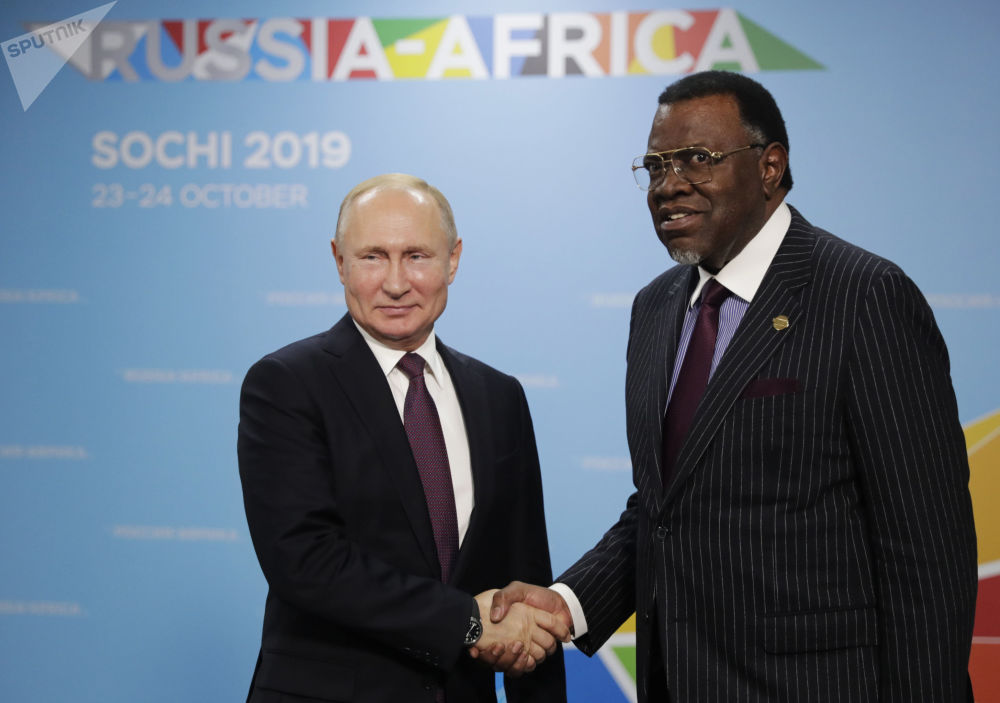 Soçi'de düzenlenen Rusya-Afrika Zirvesi'nde bir araya gelen Rusya Devlet Başkanı Vladimir Putin ve Namibya mevkidaşı Hage Geingob.