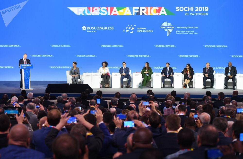 Moskova ve Afrika kıtası arasındaki bağları güçlendirmek amacıyla Soçi'de düzenlenen Rusya-Afrika Zirvesi'nin açılış konuşmasını yapan Rusya Devlet Başkanı Vladimir Putin, gelecek dört ila beş yılda karşılıklı ticaret hacmini iki katına çıkarmayı amaçladıklarını açıkladı.