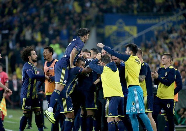 Fenerbahçe zirveye biraz daha yaklaştı