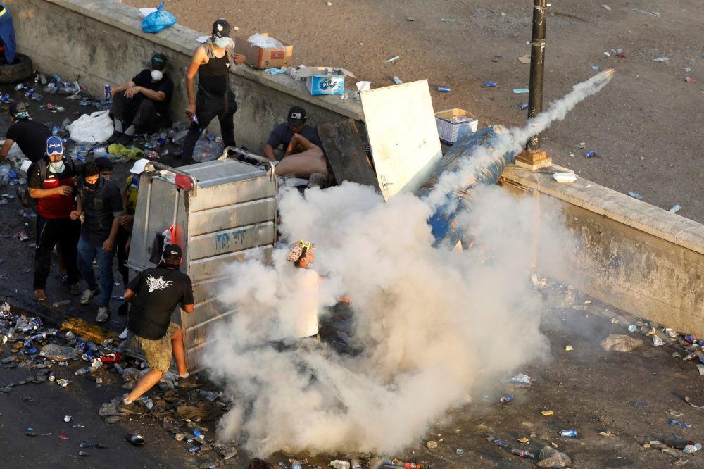 Göstericiler, lastik yakarak bölgedeki bazı yolları kapattı.