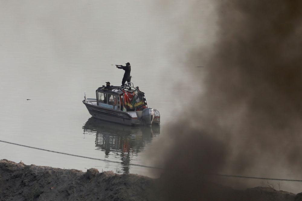 Iraklı güvenlik güçlerinin başkent Bağdat'taki göstericilere göz yaşartıcı gaz ile müdahalesi.