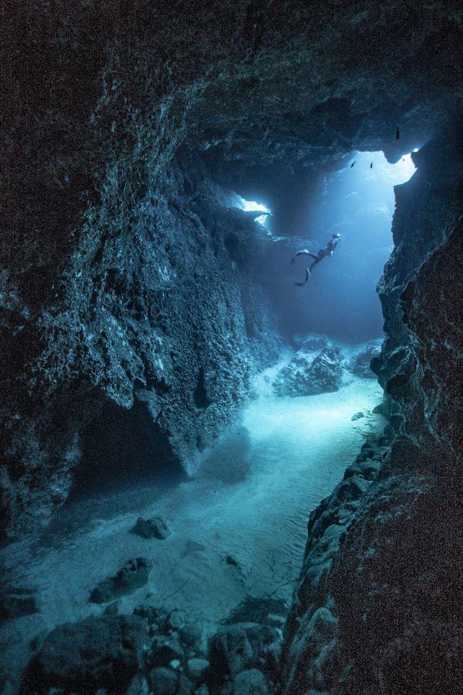 Fotoğrafçı Victor de Valles Ibañez'in Java Adası'nda çektiği su altı mağara görüntüsü.