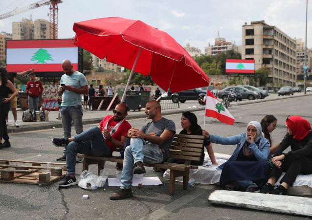 Lübnan başkenti Beyrut'ta otoyolları trafiğe kapatan protestoculardan bir grup