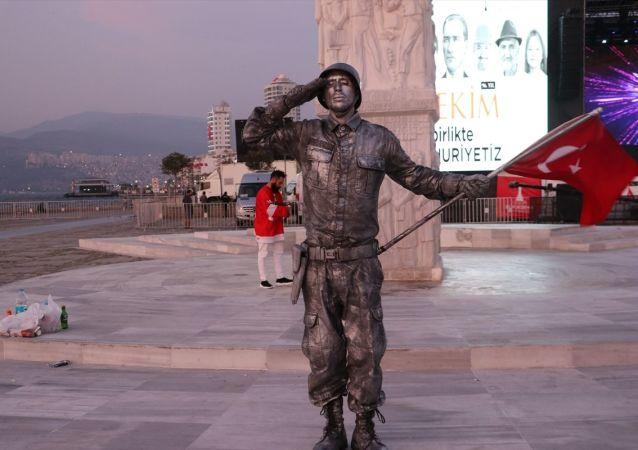 Performans sanatçısı Yunus İşçi, 29 Ekim Cumhuriyet Bayramı dolayısıyla Barış Pınarı Harekatı'nda şehit olan askerler için İzmir'de 24 saat süreyle asker selamı vererek bu alanda rekor kırdı.
