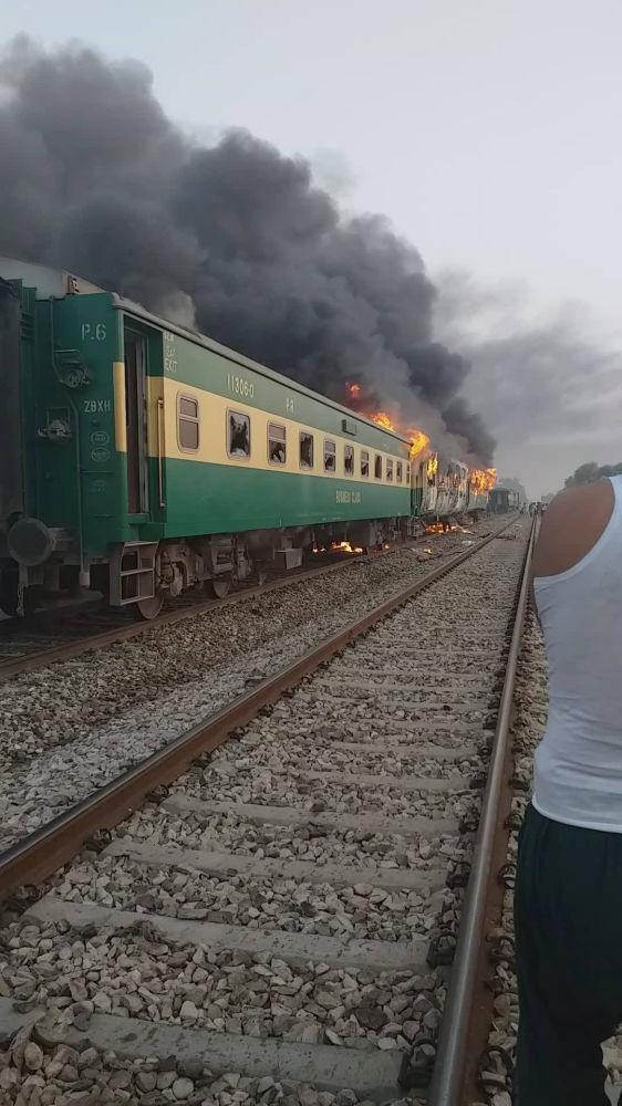 Pakistan'ın Liyakatpur kenti yakınlarında üç vagonu alev alan yolcu treninde ilk belirlemelere göre en az 62 kişi hayatını kaybetti, 40'tan fazla kişi yaralandı.