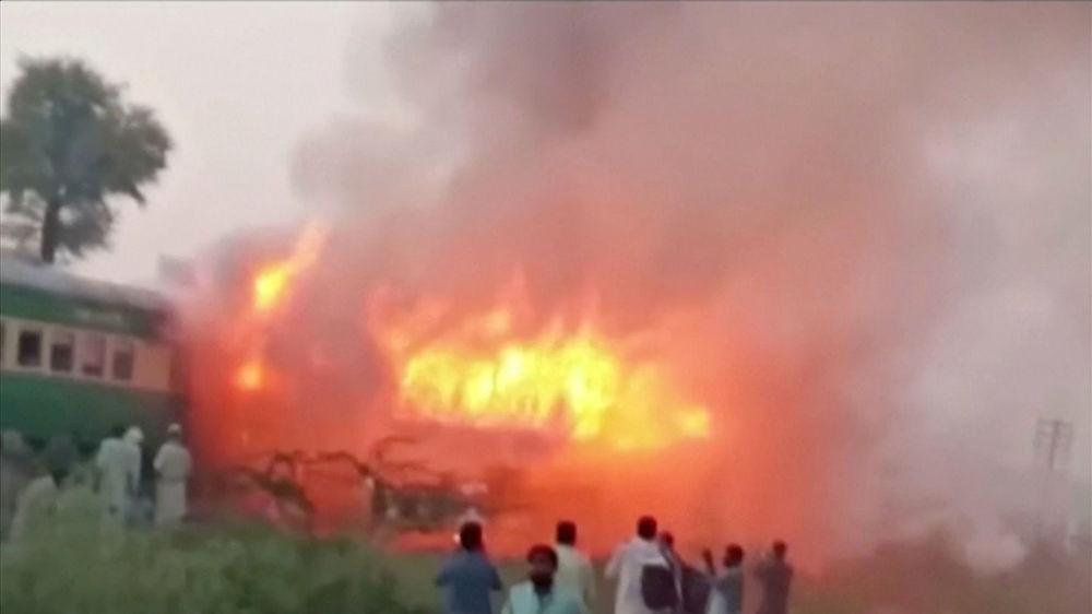 Yangının, trende yemek pişiren bir yolcunun kullandığı gaz tüpünün patlaması soncu meydana geldiği bildirildi.