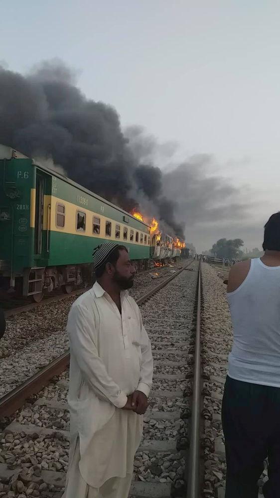 Pakistan'ın Liyakatpur kenti yakınlarında meydana gelen tren yangınından bir kare.