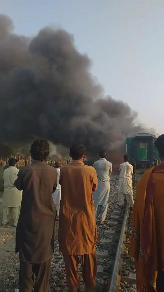 Pakistan Demiryolları Bakanı Şeyh Raşid Ahmed, yaptığı açıklamada ülkenin güneyindeki Karaçi'den kuzeyindeki Ravalpindi'ye giden Tezgram ekspresinde, Rahim Yar Han kentinin Liyakatpur ilçesi yakınlarında bir patlamanın ardından yangın çıktığını bildirdi.