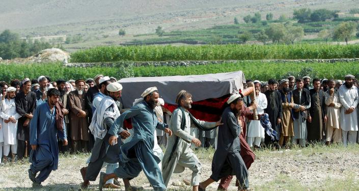 Afganistan'ın Nangarhar vilayetindeki  Khogyani bölgesinde ABD'nin drone saldırısı sonucu ölen sivillerden birinin cenazesi