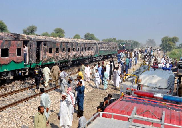 Pakistan'da tren yangını faciası