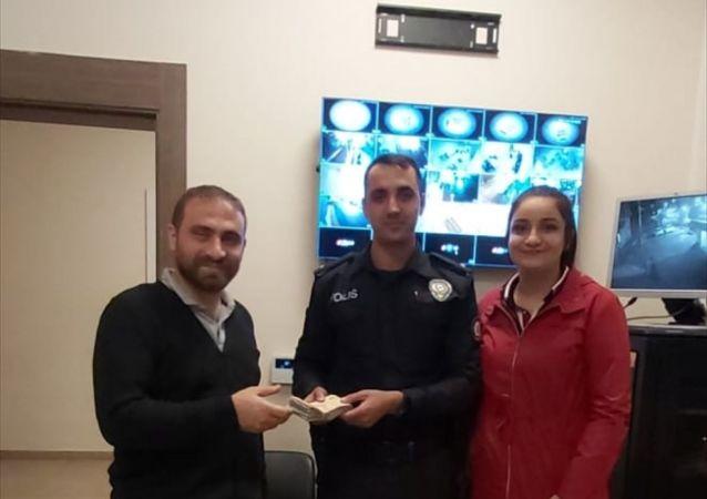 Gaziantep'te yolda yürürken 17 bin 950 lira bulan lise öğrencisi Nazlıcan Kanat, parayı polis aracılığıyla sahibine ulaştırdı
