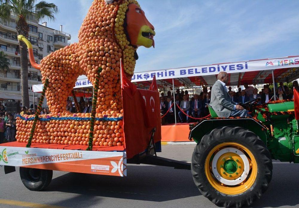Kortejde, 50 tondan fazlanarenciyekullanılarak yapılan aslan, fil, motosiklet, portakal, limon, gitar gibi 10 devasa figür de yer aldı.