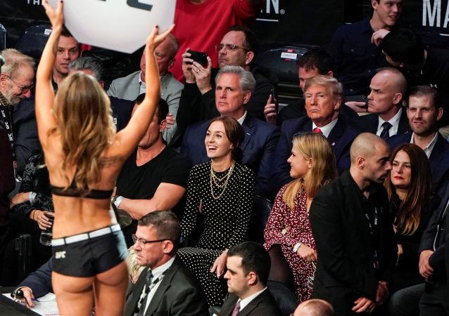 Dövüş sporlarıyla yakından ilgilenenABD Başkanı Donald Trump, kafes dövüşü maçı izlemeye gitti